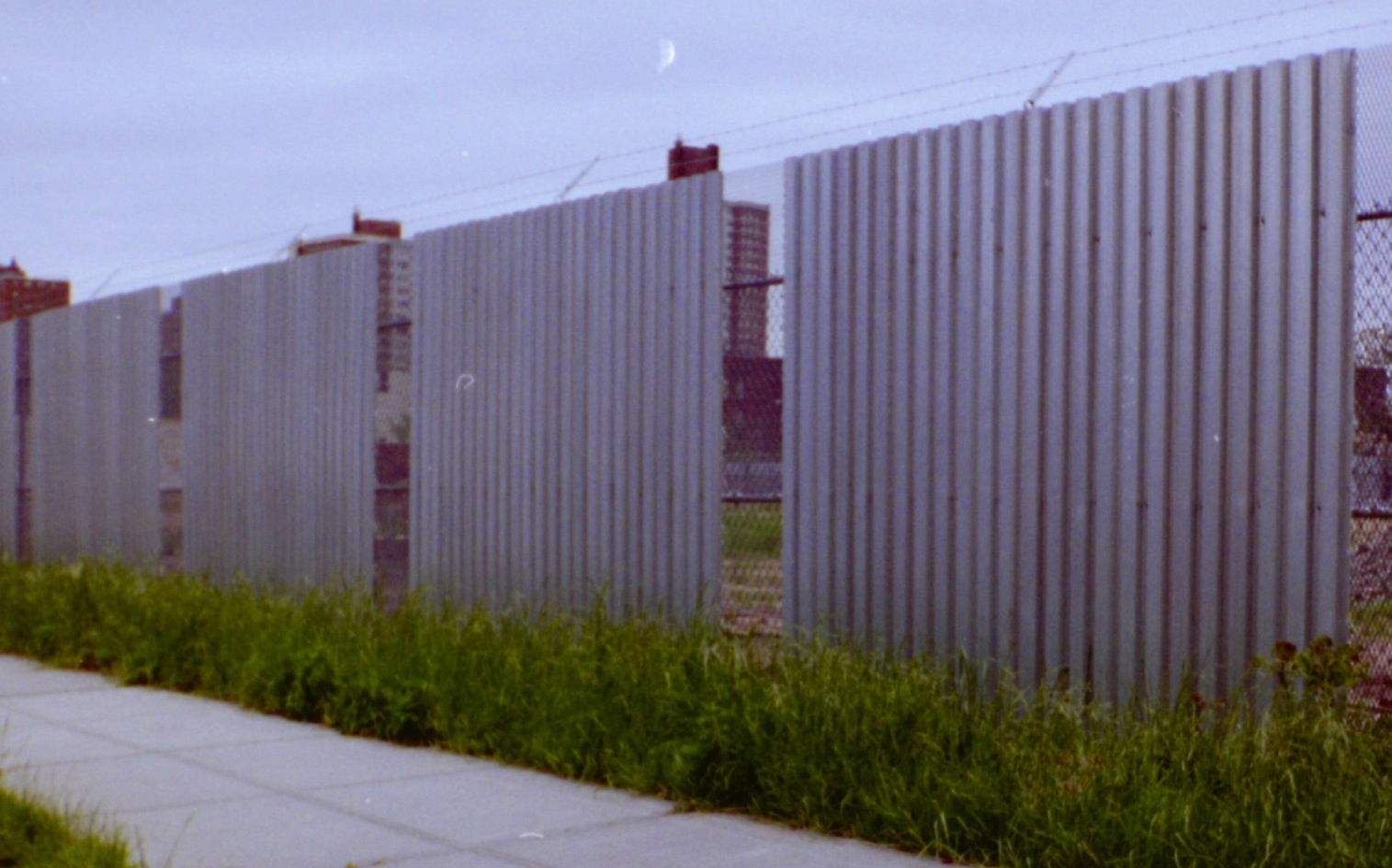 Expanded Metal And Corrugated Steel Deck Combo 10 Fence With Barded Wire Queens